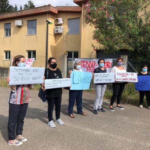Protesta davanti alla Casa Famiglia di Fluminimaggiore